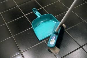 tegelvloer schoonmaken met schoonmaakazijn